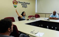 Reunião do Grupo de Trabalho que trata das etapas do Projeto Federal Minha Casa Minha Vida (condomínio Repouso do Guerreiro e outros), constituído a partir de encaminhamento da CUTHAB. Na foto, a vereadora Fernanda Melchionna.