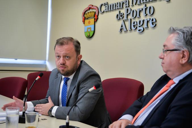 Apresentação do Relatório da Comissão Especial do Mobiliário Urbano. Na foto, os vereadores André Carús (ao microfone) e Adeli Sell.