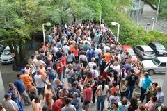 Municipários na rampa principal da Câmara de Porto Alegre