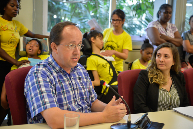 Comissão discute o transporte de crianças portadoras de necessidades especiais. Na foto, o coordenador das áreas técnicas da Secretaria Municipal de Saúde (SMS), Roberto Bauer (ao microfone) e a diretora administrativa da SMS, Caroline machado da Silveira.