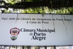 Outdoor em frente ao Legislativo da capital gaúcha