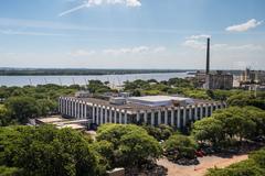 A Câmara Municipal de Porto Alegre, junto à orla do Guaíba