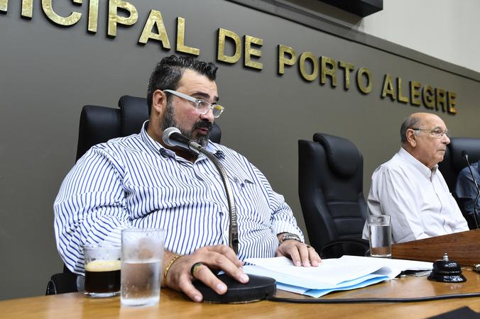 Votação do relatório final da Comissão Especial do Transporte Coletivo. Na foto, vereador Clàudio Janta lê o resumo do relatório