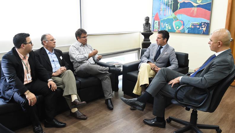 Reunião da diretoria do DEMHAB com o presidente Valter Nagelstein. Na foto, o chefe de gabinete Emerson Corrêa (esq.), o diretor-geral adjunto do DEMHAB, Amancio Ferreira, o coordenador jurídico Reginaldo Bidigaray, o presidente Valter Nagelstein e o vereador Luciano Marcantônio.