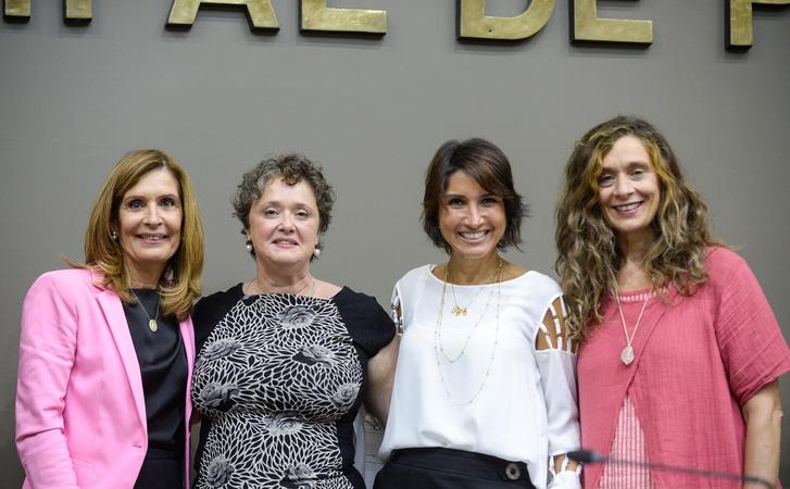 Movimentação de plenário. Na foto, a vereadora Mônica Leal, a secretária delegada Claudia Rocha e as vereadoras Comandante Nádia e Sofia Cavedon.
