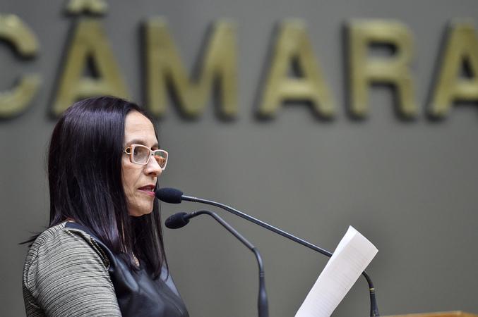 Vereadora Cláudia Araújo na tribuna