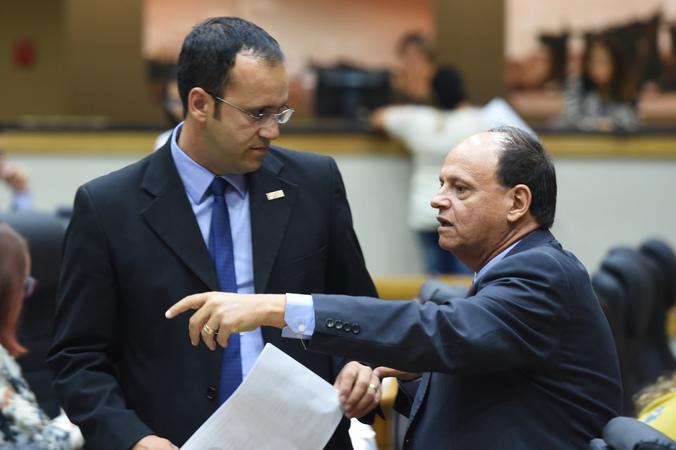 Movimentação de Plenário. Na foto, os vereadores Moisés Barboza e João Bosco Vaz.