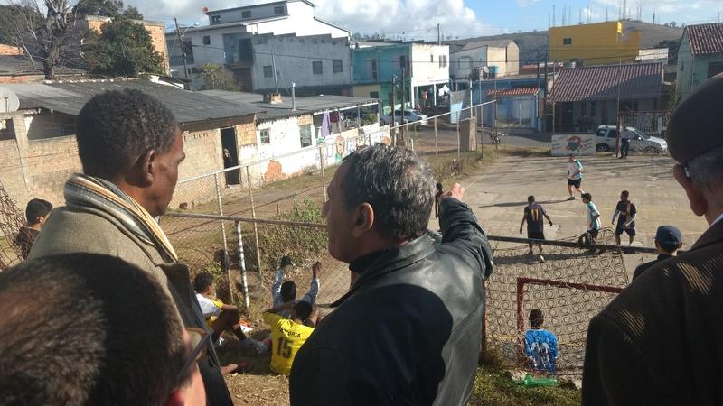 Vereador Tarciso Flecha Negra observa o trabalho no projeto social no Morro da Cruz