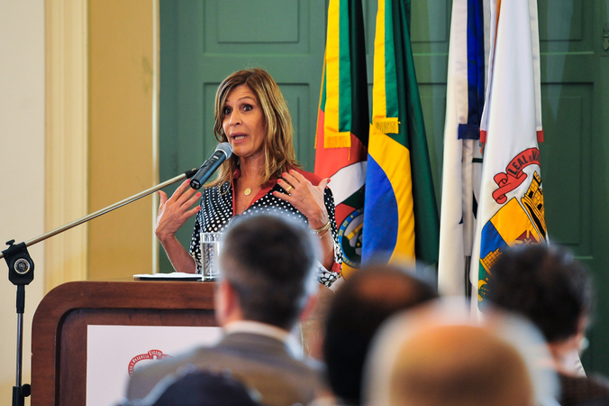 Presidente em exercício Monica Leal participa do Ato de Sanção do Projeto de Lei Complementar Antivandalismo. Na foto, a presidente em exercício da CMPA, Mônica Leal.