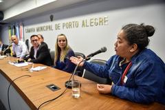 Discussão acerca de acordos estabelecidos entre o DEMHAB e as famílias do Loteamento do Bosque, situado no Bairro Rubem Berta. Na foto, a representante dos moradores do Loteamento do Bosque, Keli Cristina Prado.