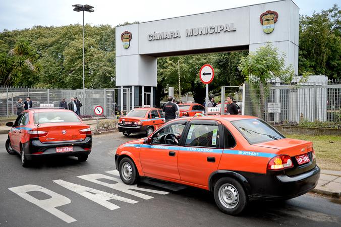 Taxistas protestam na Câmara contra o Uber