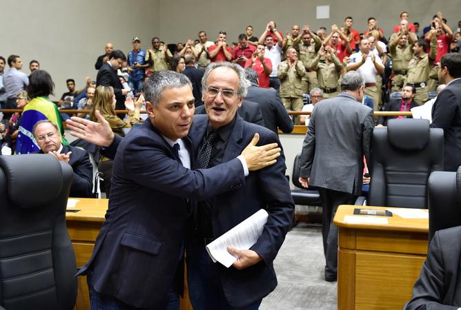 Vereadores Cassio Trogildo e Airto Ferronato comemoram aprovação da lei dos Bombeiros Civis.