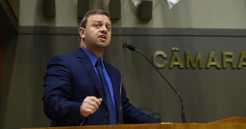 Movimentação de Plenário. Na foto, o vereador André Carús na tribuna.