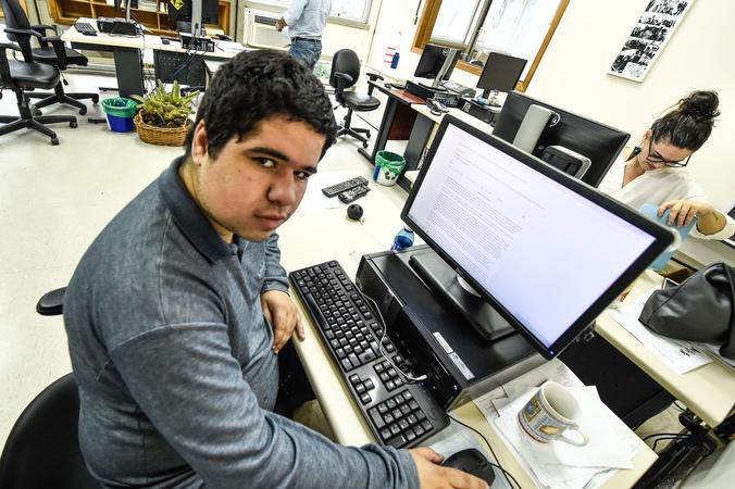 Matheus Lourenço de Oliveira e Silva é autista e realiza estágio na área de jornalismo.