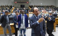 Vereador Bosco no Plenário Otávio Rocha fala no microfone de apartes