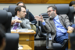 Movimentação de plenário. Na foto, os vereadores Alex Fraga e Roberto Robaina.