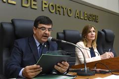 Movimentação de Plenário. Na foto: vereadores José Freitas e Mônica Leal, presidindo os trabalhos da Sessão