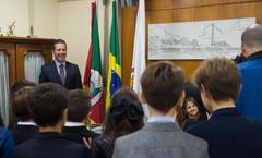 "Presidente da CMPA, vereador Valter Nagelstein, recebe no gabinete os alunos do Colégio Israelita, que realizam ""posse dos vereadores mirins da cidade laboratório - IR Ktaná"