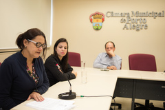 Reunião da CEDECONDH sobre a Ocupação Mulheres Mirabal. Na foto, ao microfone, a técnica e assistente social da FASE, Suely Santos.