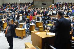 Movimentação de Plenário. Na foto: vereador Ricardo Gomes (de costas, na Tribuna); vereador Clàudio Janta (em pé)