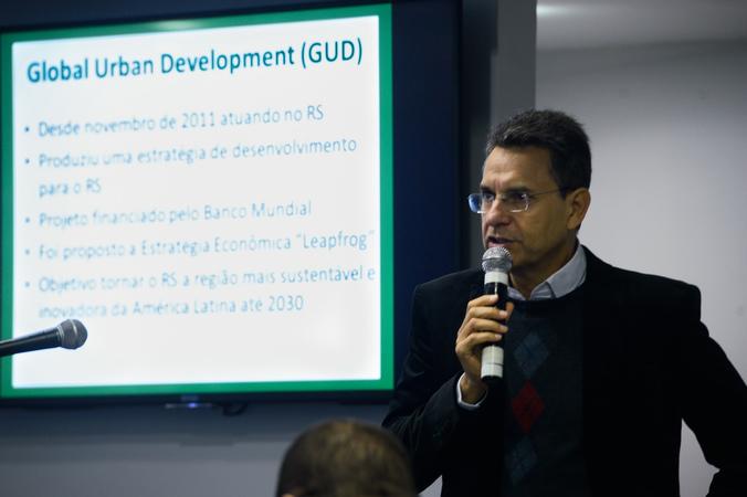 Cerimônia de Abertura do Seminário Projetos da Zispoa para o Plano Diretor. Na foto, o professor da UFRGS, Felipe Machado  do Nascimento.