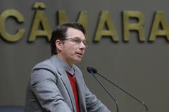 Movimentação de Plenário. Na foto, o vereador Professor Alex Fraga na tribuna.