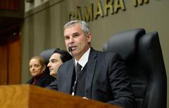 Sessão Solene de outorga do Troféu Câmara Municipal de Porto Alegre à empresa Rudder Segurança Ltda. Na foto, o vereador Mauro Pinheiro, presidente da sesssão.