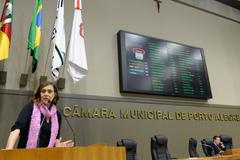 Movimentação de Plenário. Na foto, a vereadora Sofia Cavedon.