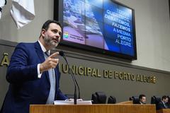 Vereador Ricardo Gomes na tribuna do Plenário Otávio Rocha (Foto arquivo CMPA)