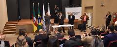 A assinatura ocorreu no Teatro Glênio Peres, do Legislativo