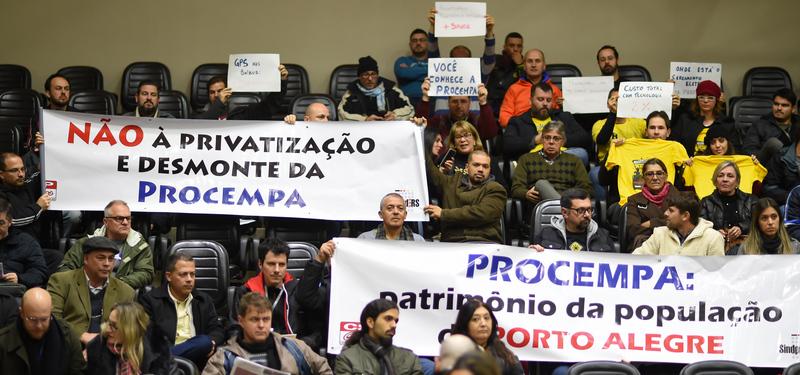 Movimentação de Plenário. Na foto, servidores da Procempa em manifestação no plenário.