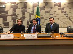 Padre Pedro (E), senador Magno Malta (C) e Professor Wambert (D) durante audiência da CPI dos Maus-tratos.