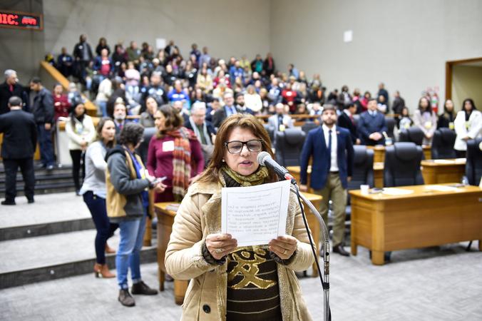 Movimentação de plenário. Na foto, posse da vereadora Lourdes Dallacort.