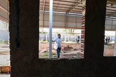 Visita à EMEF Prof. Gilberto Jorge. Na foto, vereador Tarciso Flecha Negra, presidente da comissão, na quadra poliesportiva da escola