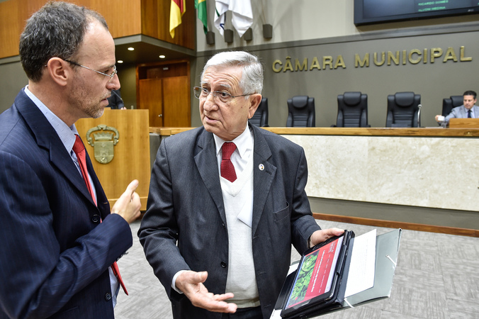 Movimentação de plenario. Na foto, os vereadores João Carlos Nedel e Marcelo Sgarbossa.