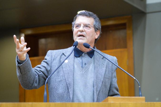 Período de Comunicações em homenagem ao Dia do Economista. Na foto, o representante do Conselho Regional de Economia, conselheiro João Carlos Medeiros Madail.