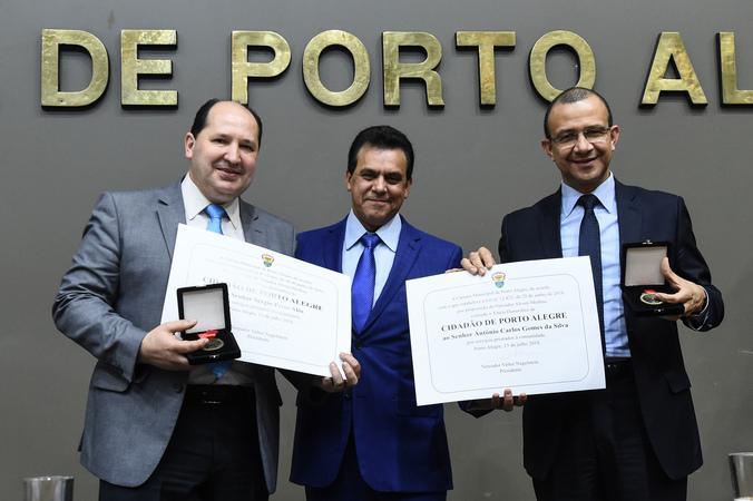 Sessão Solene de outorga dos títulos de Cidadão de Porto Alegre a Antônio Carlos Gomes da Silva e a Sérgio Peres Alós. Na foto, vereador proponente Alvoni Medina entre os homenageados.