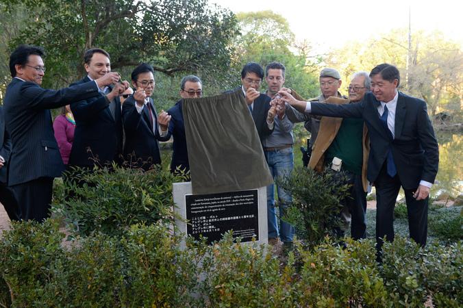 Presidente Valter Nagelstein participa da cerimônia de descerramento da placa do Monumento Kotoji-toro.
