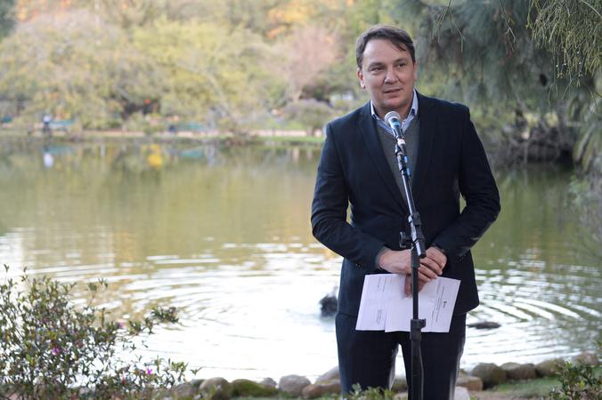 Presidente Valter Nagelstein participa da cerimônia de descerramento da placa do Monumento Kotoji-toro. Na foto, o secretário municipal de desenvolvimento, Leandro de Lemos.