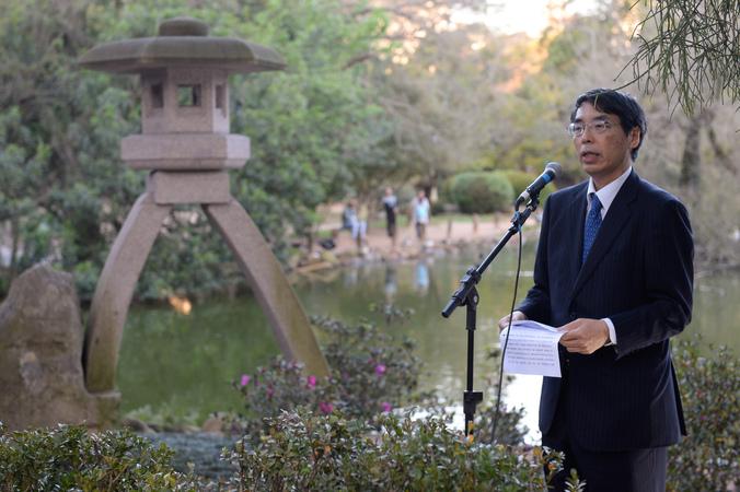 Presidente Valter Nagelstein participa da cerimônia de descerramento da placa do Monumento Kotoji-toro. Na foto, o embaixador do Japão no Brasil, Akira Yamada.