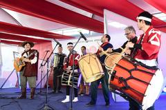 Presidente Valter Nagelstein participa da cerimônia de abertura do 7º Festival do Japão do RS. Na foto, Elton Saldanha se apresenta com artistas japoneses