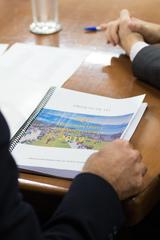Prefeito Nelson Marchezan Jr. entrega Lei de Diretrizes Orçamentárias (LDO) ao presidente da CMPA, Valter Nagelstein.