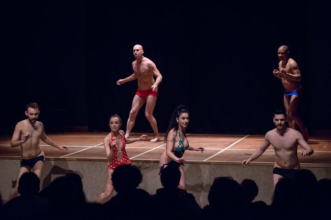 """Espetáculo de dança """"Bundaflor, Bundamor"""" na IV Mostra de Artes Cênicas e Música do Teatro Glênio Peres."""