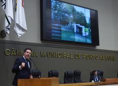 Nagelstein, na tribuna, mostrou ao plenário exemplos de casas irregulares