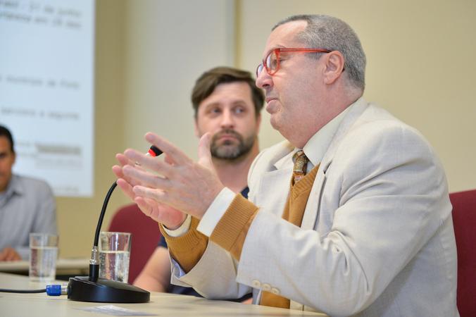 Reunião sobre a Lei do Circo de Porto Alegre. Na foto, ao microfone, o representante do Conselho Estadual de Cultura, Gilberto Herschdorfer.