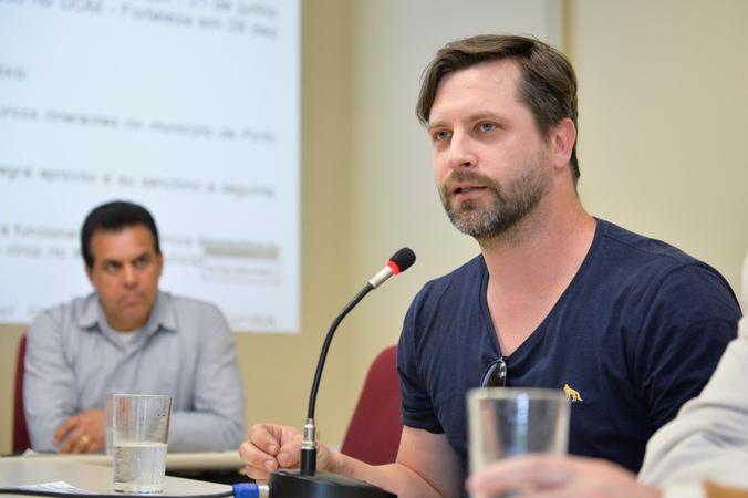 Reunião sobre a Lei do Circo de Porto Alegre. Na foto, ao microfone, o representante da Secretaria Municipal da Cultura, Miguel Sisto.