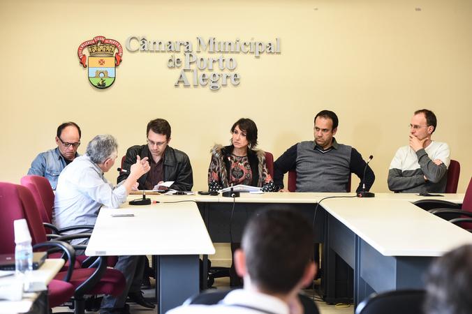 Reunião da comissão para discutir planos de saúde. Vereadores na mesa: João Bosco Vaz, Professor Alex, Comandante Nádia, Moisés Barboza e Marcelo Sgarbossa