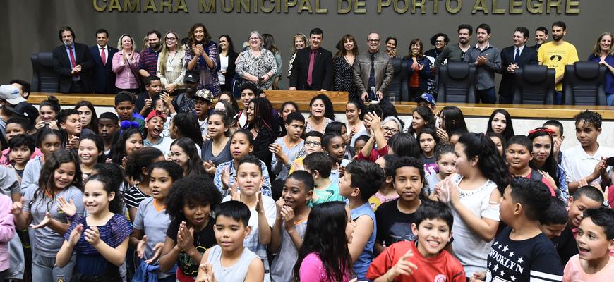 Alunos, professores e comunidade escolar lotaram o Plenário da Câmara