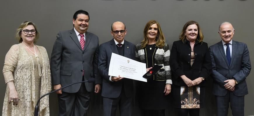 O homenageado recebeu a distinção em forma de diploma e a medalha de Porto Alegre
