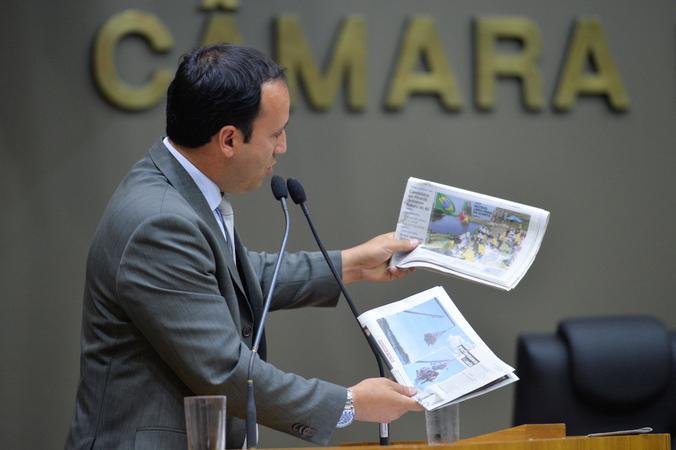 Movimentações de plenário. Na foto, na tribuna, o vereador Moisés Barboza. (Foto: Giulia Secco/CMPA)